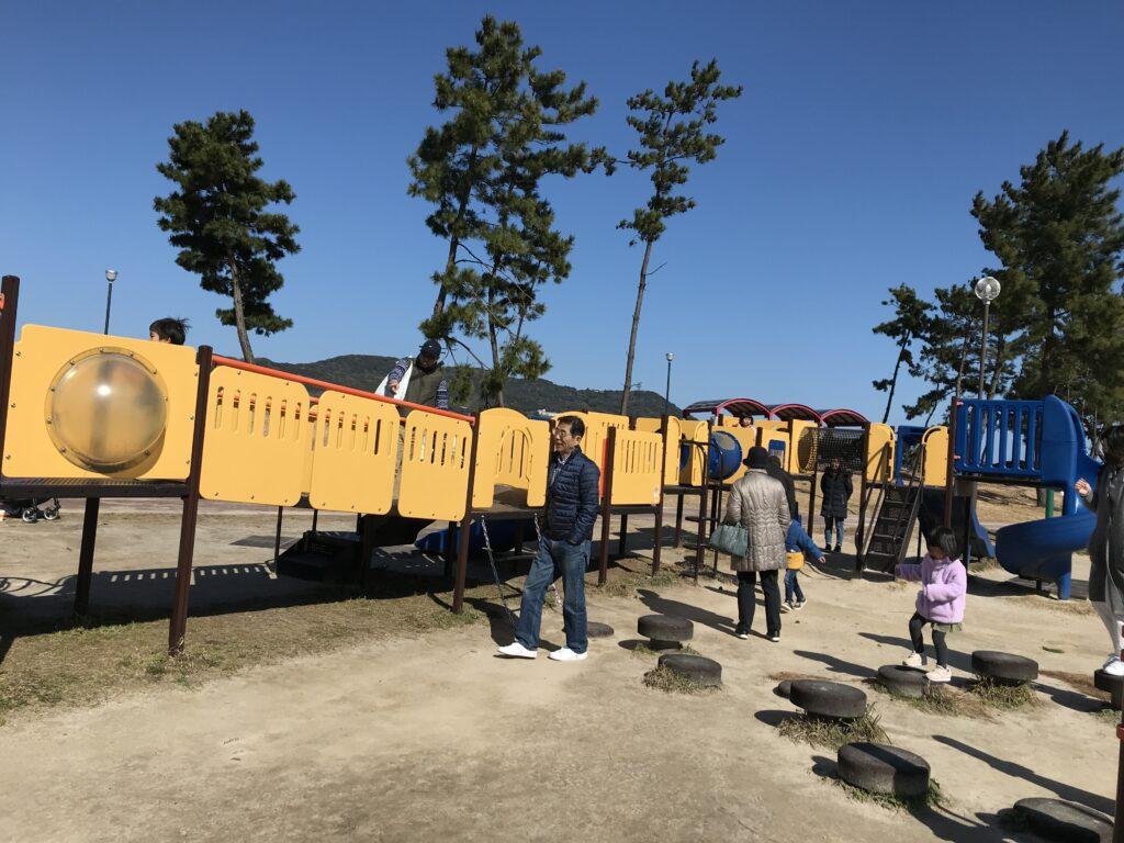 小戸公園の未就学児用の小さな遊具の画像