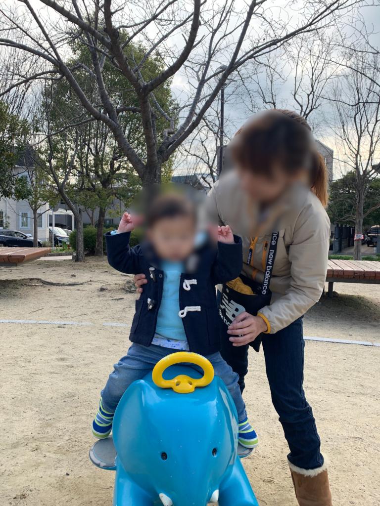 姪浜中央公園で未就学児が遊んでる遊具の画像
