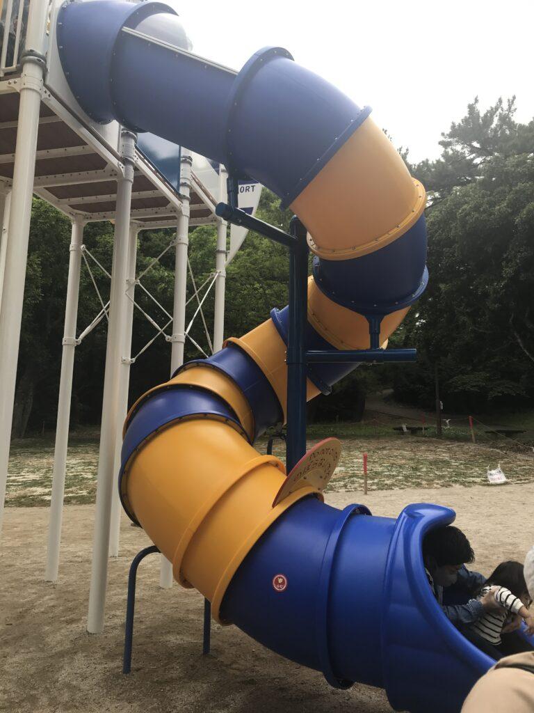 小戸公園の新しい遊具のトンネルの滑り台の画像