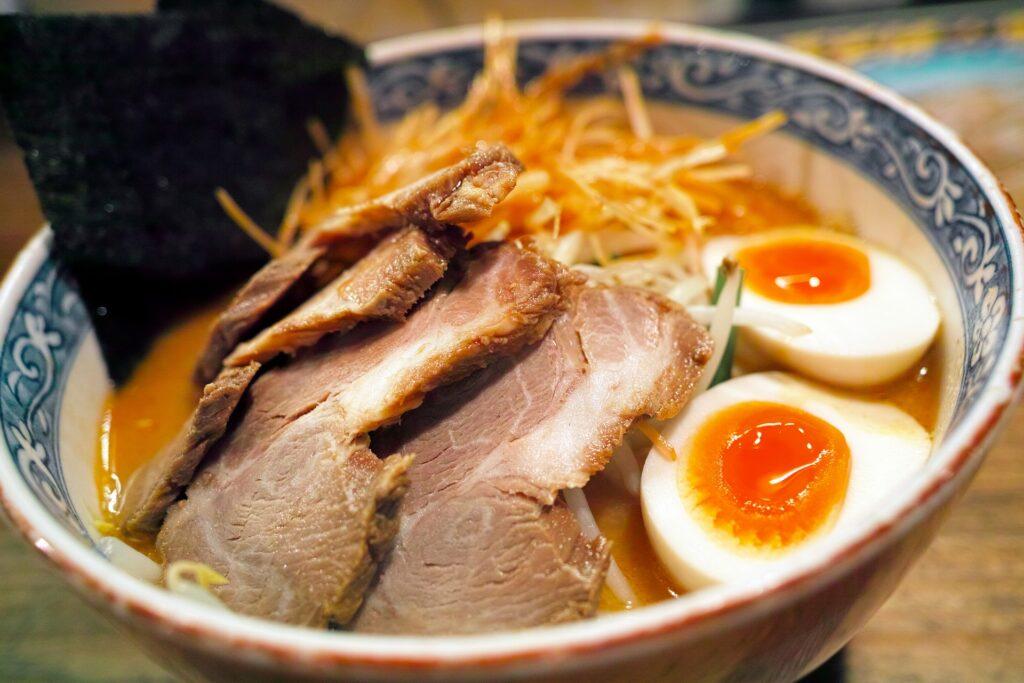 替え玉が10円とリーズナブルなことが人気の博多三氣が姪浜駅の近くにもオープンしました。 博多三氣のラーメンはチケットを発券してから食べるスタイルで、もやしがシャキシャキで細麺とあらびき入りスープがかなりうまいとんこつ味がとても人気です。 麺はストレート麺なので、ツルツルハマる人が続出。ランチ時は少し待ち時間ができてしまうくらいの人気店です。 とても美味しくて炒飯とラーメンをヒャクwago世に食べられるセット『ラーちゃんセット』がとても人気です。 福重店はカウンターもゆったりとしていて子連れでも行きやすいと私のママ友内でも人気店です。 辛子高菜も無料で入れられますし、何と言っても替え玉が10円とリーズナブルなことが人気の博多三氣。 土日は結構混んでいて、なかなか入れないのですが 平日にランチはまだまだ穴場でもあるのでタイミングが良ければ、またずにランチが食べられるかもしれませんね。 西区姪浜周辺でランチに迷ったら福岡市西区福重の博多三氣ラーメン画像