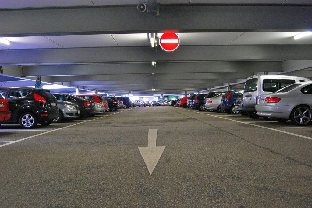 駐車場に車を停めてる画像
